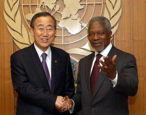 This Yonhap file photo shows former U.N. Secretary-General Ban Ki-moon (L) shaking hands with Kofi Annan, the Nobel laureate and Ban's predecessor, on Dec. 15, 2006. (Yonhap)