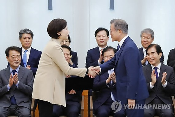 President Moon Jae-in (R) shakes hands with new Education Minister Yoo Eun-hae after appointing her to the cabinet post in a ceremony held at his office Cheong Wa Dae in Seoul on Oct. 2, 2018. (Yonhap)