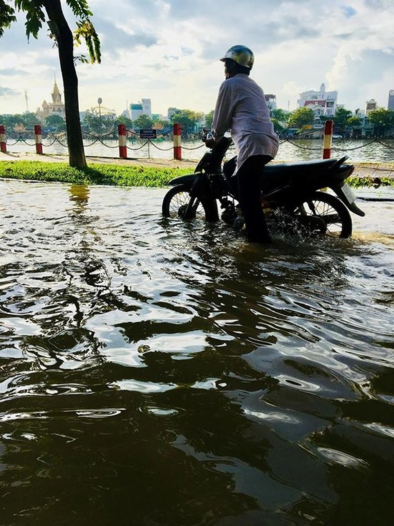High tides will flood some areas of HCMC Photo: SGGP
