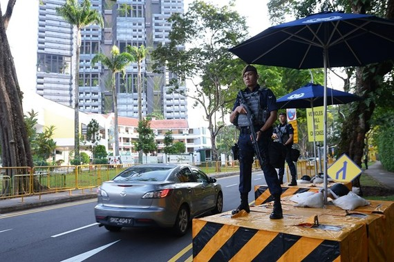 Police officers stand guard on a road in Singapore to ensure security for the 33rd ASEAN Summit and related summits (Photo: AFP/VNA)