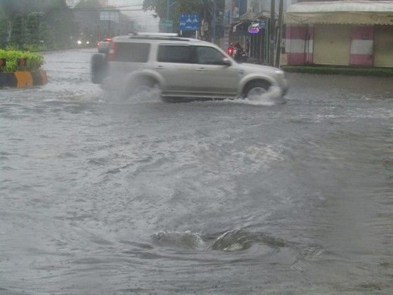 HCMC experiences heavy rains, floods can hit city