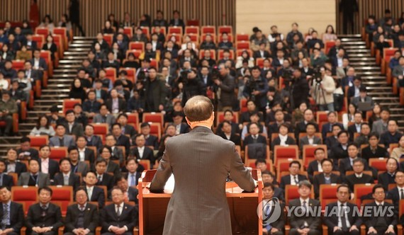 Hong Nam-ki, the minister of economy and finance, delivers his inaugural speech in a government building in Sejong, central South Korea, on Dec. 11, 2018. (Yonhap)