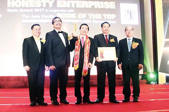 Tiến sĩ Nguyễn Đức Thọ, Chủ tịch Hội đồng quản trị - Tổng giám đốc An Tín Travel  nhận giải thưởng Thương hiệu xuất sắc châu Á - Thái Bình Dương 2017