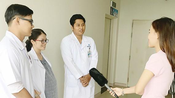 Các bác sĩ Lê Trọng Quý, Chu Thị Thương, Sơn Phúc Duy (từ trái sang) chia sẻ kỷ niệm về học bổng Nguyễn Văn Hưởng với phóng viên Báo SGGP