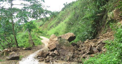 Sạt lở xảy ra tại tuyến đường từ huyện Điện Biên Đông đi các xã trên địa bàn.