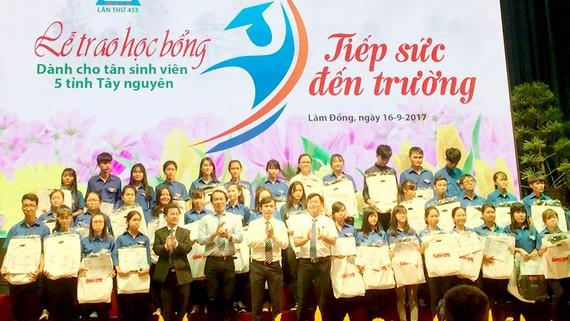 Các tân sinh viên khu vực Tây Nguyên đón nhận học bổng