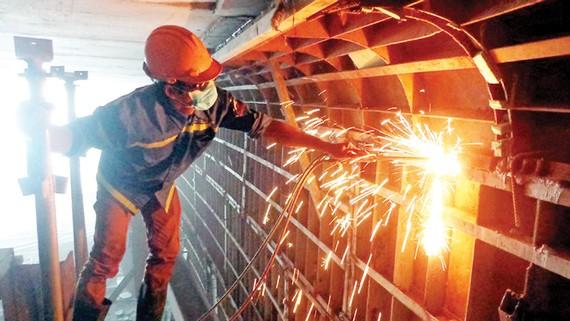Công nhân thi công tại hầm chui nút giao thông Mỹ Thủy