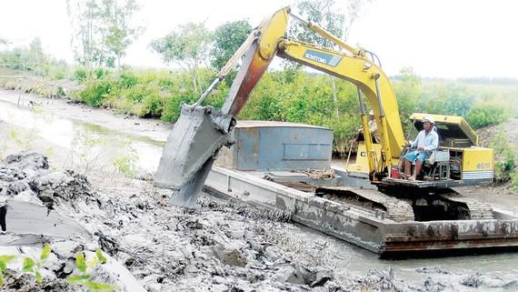 Nạo vét kênh mương trữ nước vào mùa khô ở Sóc Trăng