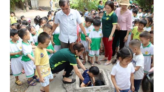 Ông Ngô Văn Chung, Tổ trưởng Tổ thư viện Nhà truyền thống, kiêm phụ trách Khu di tích lịch sử cấp quốc gia địa đạo Phú Thọ Hòa cùng các cô giáo đưa các bé xuống địa đạo