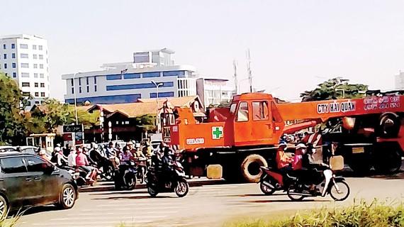 Phương tiện lưu thông đông đúc trước KCN Hiệp Phước, huyện Nhà Bè