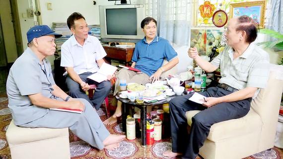 Các đảng viên KP 8, phường 12, quận Tân Bình trong buổi họp triển khai chương trình hành động. Ảnh: THÁI PHƯƠNG