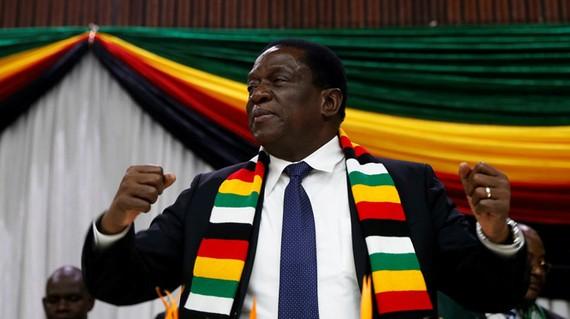 Tổng thống Emmerson Mnangagwa không bị thương sau vụ nổ và được đưa đến nơi an toàn. Ảnh: REUTERS
