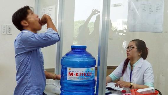 Bệnh nhân uống Suboxone tại Khoa Tham vấn hỗ trợ cộng đồng HIV/AIDS (Trung tâm Y tế dự phòng quận Gò Vấp)