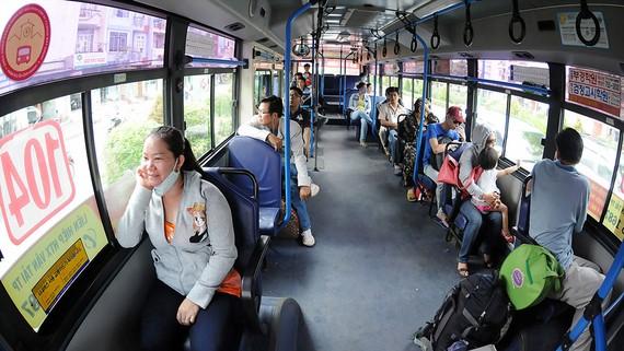 Hành khách đi xe buýt tuyến 104. Ảnh: CAO THĂNG