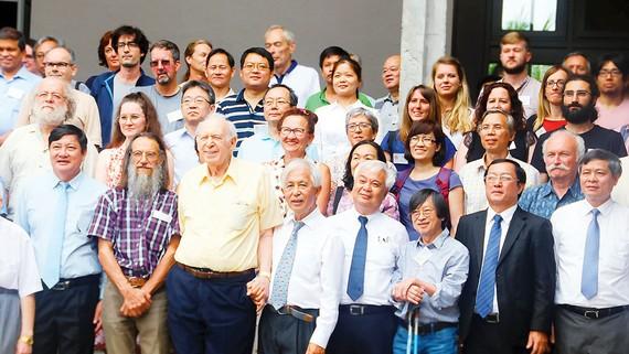 Các đại biểu, giáo sư, nhà khoa học, bạn trẻ tại Trung tâm ICISE - thung lũng Quy Hòa
