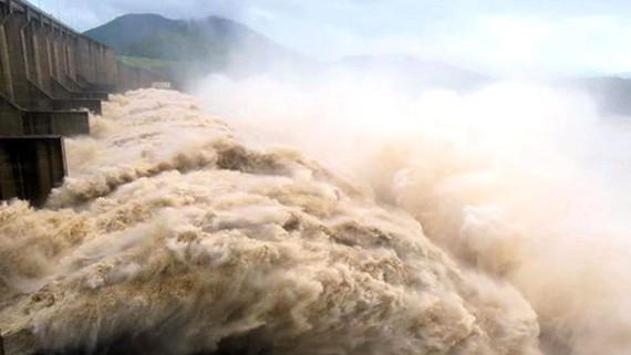 Đập thủy điện Hòa Bình trên sông Đà khi xả lũ