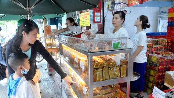 Người tiêu dùng chọn mua bánh Trung thu. Ảnh: THÀNH TRÍ