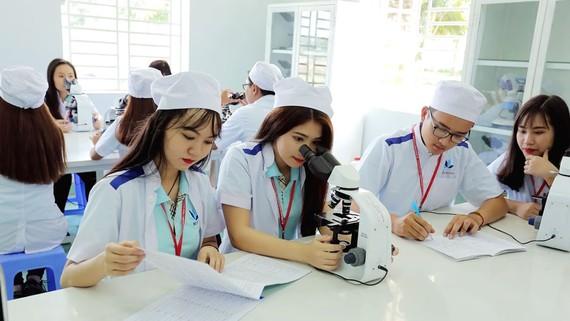 Trong giờ thực hành của SV ngành Dược học