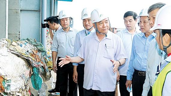 Thủ tướng Nguyễn Xuân Phúc thăm nhà máy xử lý rác thành điện và đất sạch cùng phân hữu cơ