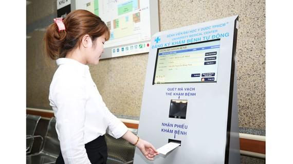 Bệnh nhân đăng ký khám chữa bệnh tại kios thông minh ở Bệnh viện Đại học Y Dược TPHCM.