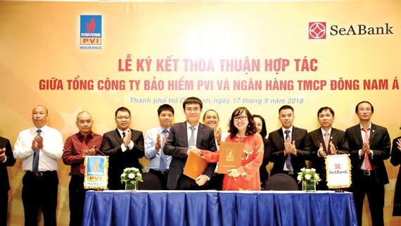 Ông Trương Quốc Lâm - Tổng Giám đốc Bảo hiểm PVI và bà Lê Thu Thủy -Tổng Giám đốc SeABank ký kết hợp tác