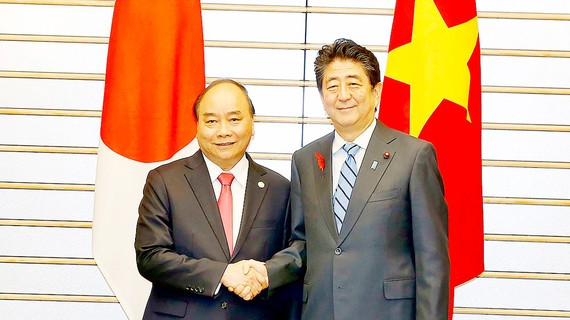 Thủ tướng Nhật Bản Shinzo Abe đón và hội đàm với Thủ tướng Nguyễn Xuân Phúc. Ảnh: TTXVN