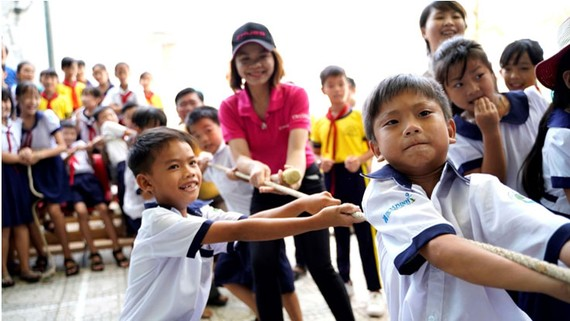 """Nhân viên của tập đoàn Chubb tổ chức nhiều hoạt động cho học sinh trường tiểu học Thạnh An trong """"Ngày Chubb vì cộng đồng 2018"""""""