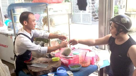 Anh Nguyễn Văn Dũng (trái) với công việc hiện nay