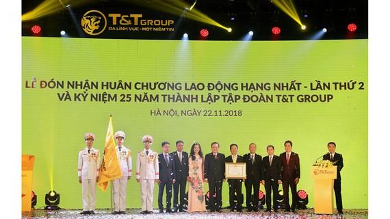 Thay mặt Đảng, Nhà nước, Ủy viên Trung ương Đảng, Phó Chủ tịch Quốc hội Phùng Quốc Hiển đã trao tặng Huân chương Lao động hạng Nhất lần thứ hai cho T&T Group