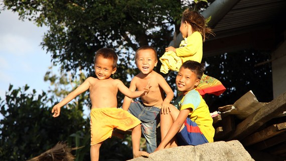 Nhiều trẻ ở thôn Phú Vinh chưa được cấp giấy khai sinh nên gặp nhiều khó khăn trong việc đến trường