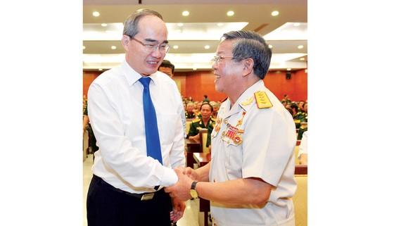 Bí thư Thành ủy TPHCM Nguyễn Thiện Nhân gặp mặt cán bộ cao cấp quân đội nghỉ hưu. Ảnh: VIỆT DŨNG