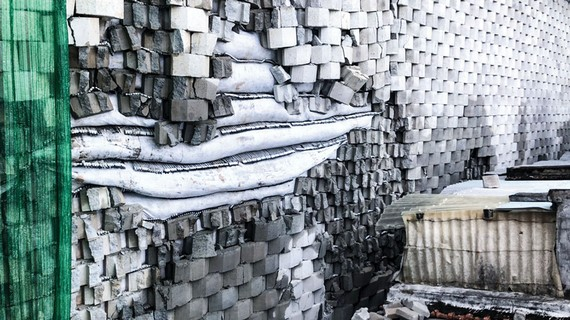 Tường thành dự án gây nguy hiểm khu dân cư