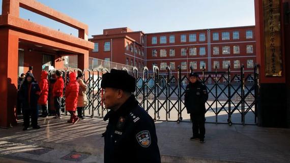 Cảnh sát phong tỏa Trường Tiểu học Liên kết Số 1 Bắc Kinh ở quận Xicheng, nơi xảy ra vụ tấn công ngày 8-1-2019. Ảnh: REUTERS