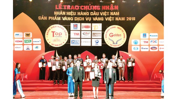 Đại diện Công ty Vedan nhận chứng nhận từ Ban tổ chức