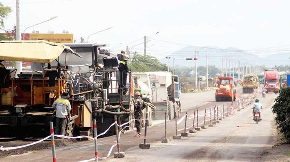 Công trường thi công, sửa chữa, khắc phục QL1A tại Bình Định những ngày cận tết