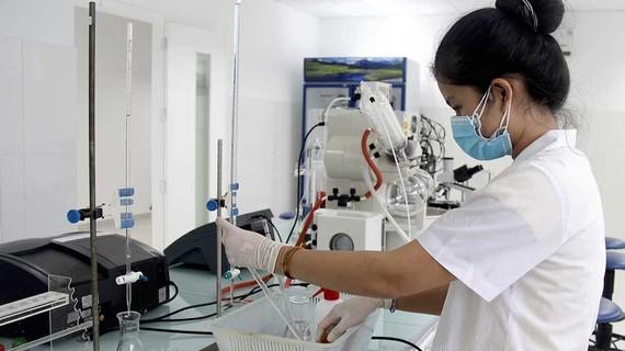 Cán bộ nghiên cứu đang làm việc tại Viện Công nghệ nano (ĐH Quốc gia TPHCM)