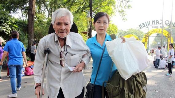 Tình nguyện viên tận tình hướng dẫn, hỗ trợ bà con di chuyển