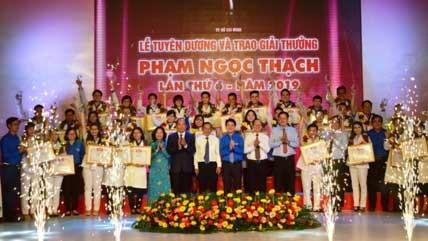 Lễ tuyên dương và trao giải thưởng Phạm Ngọc Thạch lần thứ 6 cho 37 gương thầy thuốc trẻ tiêu biểu của ngành y TPHCM. Ảnh: VOV