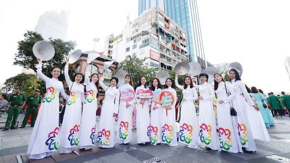 Đồng diễn áo dài trên phố đi bộ Nguyễn Huệ tại lễ hội áo dài. Ảnh: DŨNG PHƯƠNG