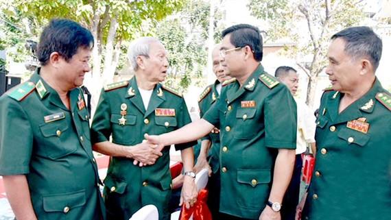 Đại tá Tô Danh Út (thứ 2 từ phải sang), Chỉ huy trưởng BĐBP TPHCM, thăm hỏi các cựu cán bộ BĐBP nghỉ hưu. Ảnh: QUANG HUY