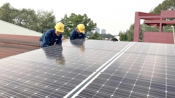 Tổng công ty Điện lực TPHCM sẽ hỗ trợ người dân nếu muốn lắp tấm pin năng lượng mặt trời. Ảnh: THANH HẢI