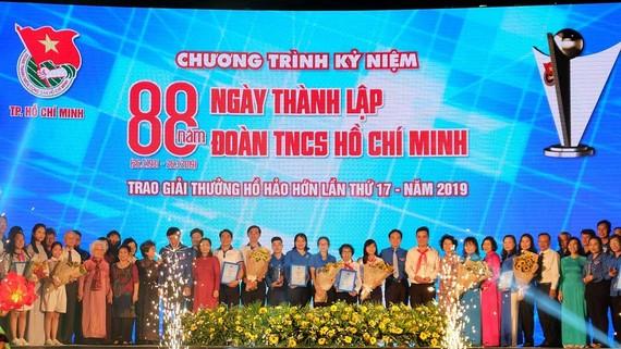 Các đồng chí lãnh đạo TPHCM chúc mừng những đơn vị đoạt giải thưởng. Ảnh: THU HƯỜNG