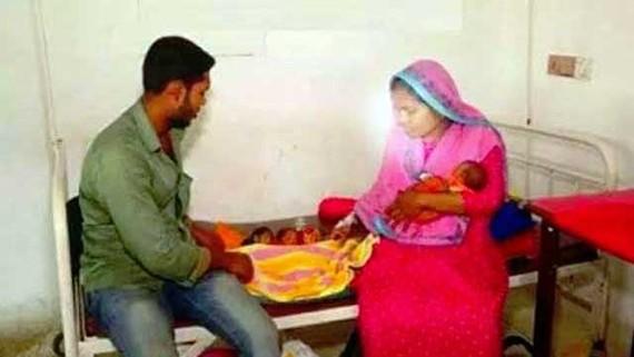 3 em bé mới sinh cùng cha mẹ tại bệnh viện. Ảnh: BDNews24.com