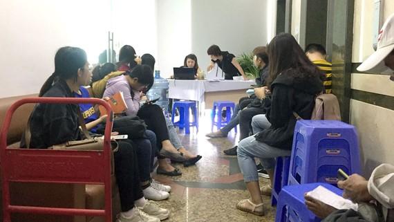 Những người tham gia hội thảo ngồi chờ đến lượt
