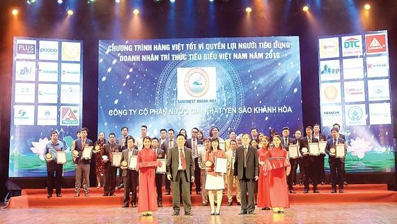 Đại diện Công ty CP Nước giải khát Yến sào Khánh Hòa vinh dự nhận giải thưởng