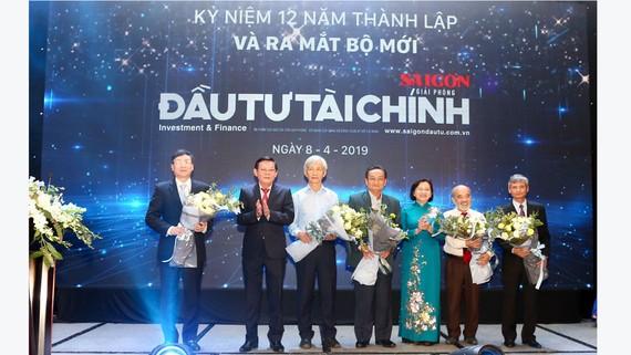Trưởng Ban Tuyên giáo Thành ủy TPHCM Thân Thị Thư và Tổng Biên tập Báo SGGP Nguyễn Tấn Phong tặng hoa các chuyên gia. Ảnh: HOÀNG HÙNG