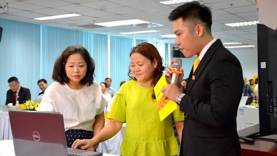Đại diện khách hàng trực tiếp kiểm tra chương trình quay số trước sự chứng kiến của Bà Bùi Hoàng Yến - Phó trưởng Đại diện phía Nam Cục Xúc tiến thương mại (Bộ Công thương).