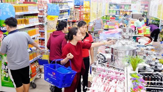 Mua sắm tại siêu thị ở TPHCM. Ảnh: CAO THĂNG
