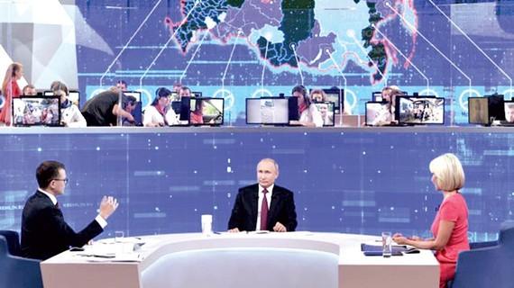 Tổng thống Nga V.Putin trong cuộc giao lưu trực tuyến