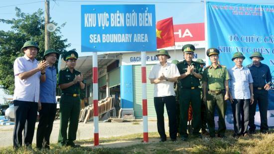 Các lực lượng tham gia công bố hoàn thành cắm biển báo khu vực biên giới biển. Ảnh: Biên phòng/Minh Toàn